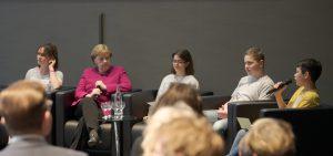 MfN Berlin Hagenbeck-Schüler in der Podiumsdiskussion mit der Bundeskanzlerin