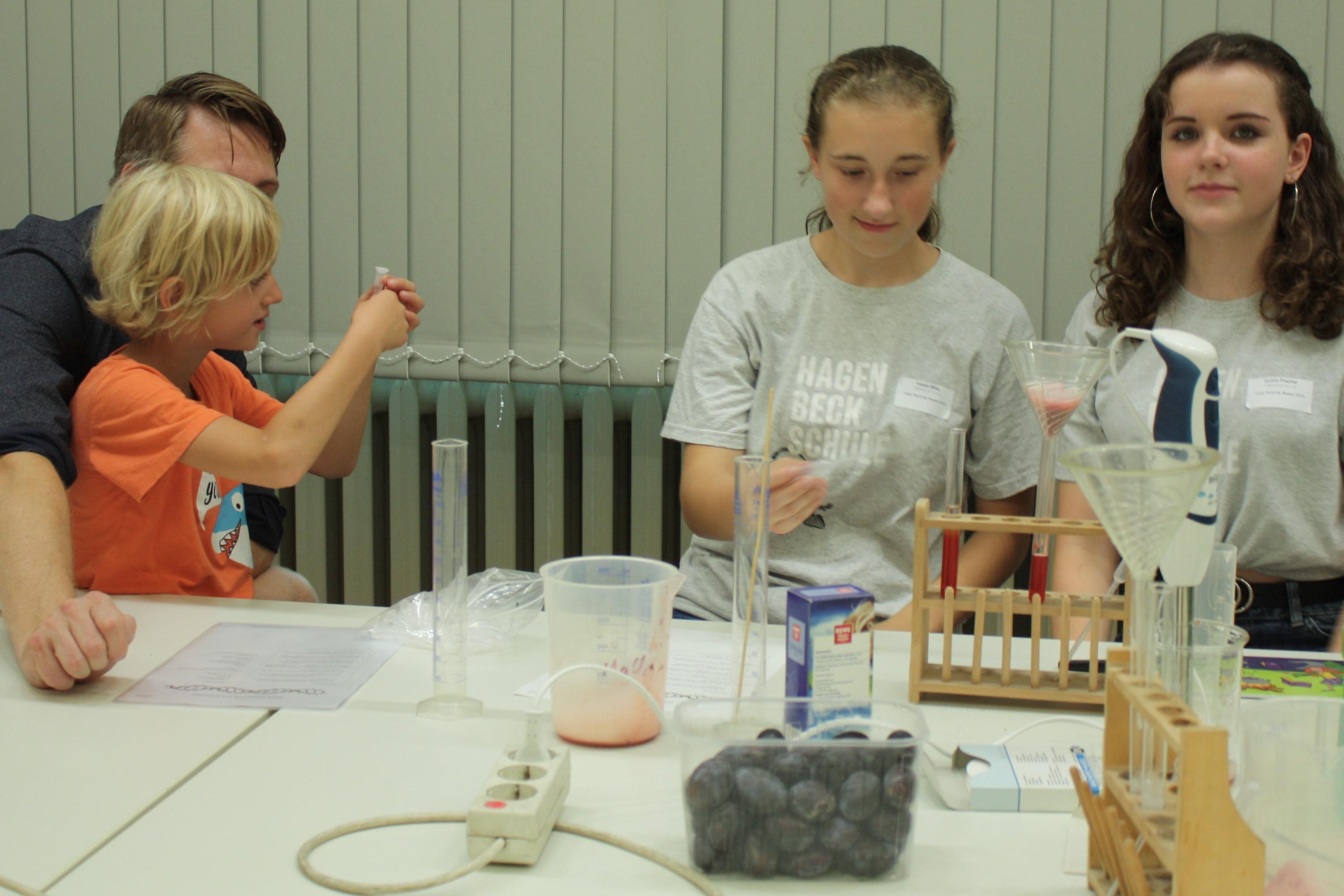 Schülerinnen der 9.1 bei der DNA-Extraktion